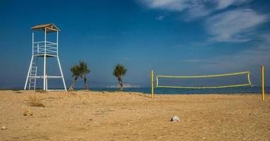 volleybaltoren en net op zandstrand foto