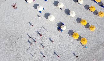 mensen die beachvolley spelen foto