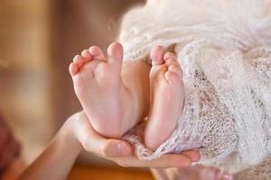 baby voeten in handen van de moeder. moeder en haar kind.