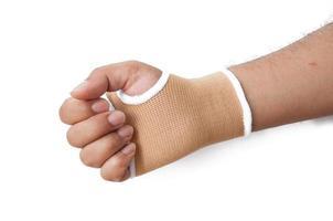 close-up hand spalk voor gebroken bot behandeling op wit wordt geïsoleerd