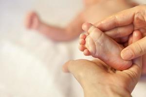 moeder maakt massage voor blije baby foto