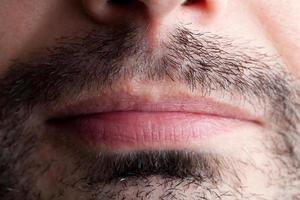 stoppels rond een mannelijke mond foto