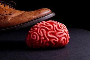 menselijk brein onder de voeten van een zakenman foto
