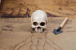 menselijke schedel op oude kaartachtergrond foto