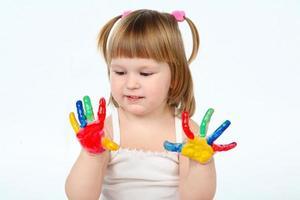 klein meisje bedaubed met felle kleuren