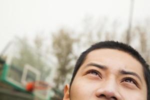 jonge man op het basketbalveld, portret foto