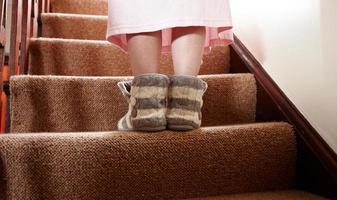 vrouw in nachtjapon en slippers lopen naar boven foto
