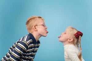 tiener en meisje steken tongen naar elkaar uit foto