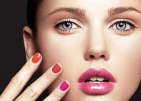 mooi jong model met lichte make-up en manicure