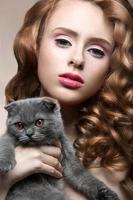 mooi jong meisje, natuurlijke lichte make-up en krullen met een foto
