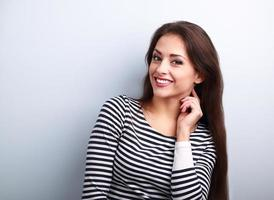 gelukkig lachend jonge casual vrouw met lang haar op zoek foto