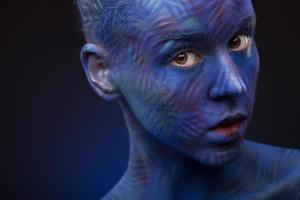 kunstfoto van een mooie vrouw met donkerblauw gezicht