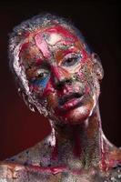 sensueel meisje met kleurrijke lichaamskunst en gezichtskunst foto