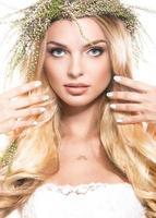portret van een mooi meisje met bloemen op haar haren
