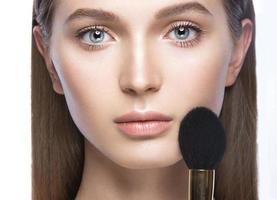 mooi jong meisje met een lichte natuurlijke make-up en foto
