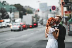 bruidspaar in de stad foto