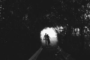 paar wandelen door de tunnel van bomen foto