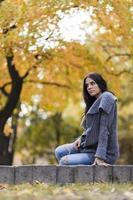 jonge vrouw in het najaar park foto