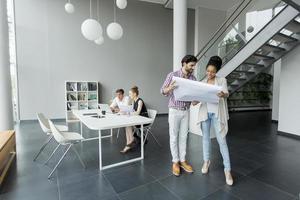 jongeren werken in een modern kantoor foto