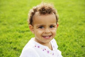schattige babymeisje lachen foto