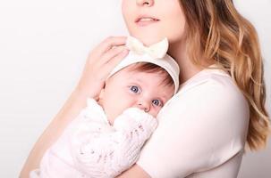 gelukkige moeder en baby lachen in de studio foto