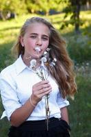 jong meisje en paardebloem foto