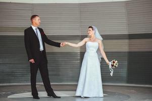 huwelijksdans in de open lucht. dansers houden van vliegen foto