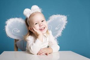 schattig klein meisje met vlinder kostuum foto