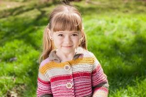 klein meisje lachen en spelen op de natuur buiten lopen foto