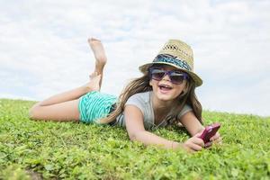 mooi portret van een klein meisje buiten op gras foto