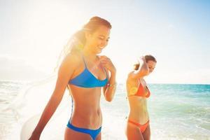 zomer levensstijl, vrienden op het strand foto