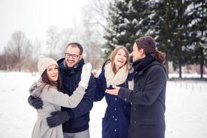 vrienden plezier op sneeuw foto