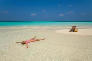 leuke vrouw ontspannen op het tropische strand foto