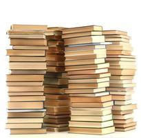 oude boeken die op wit worden geïsoleerd