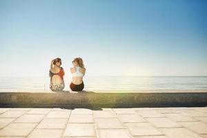 sport fitness meisjes ontspannen na een training buiten. foto