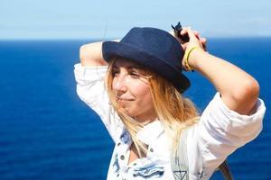 meisje ontspannen op de top van de berg, Griekenland foto
