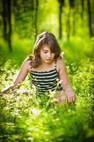 schattige jonge tiener meisje ontspannen in park zomer schot foto