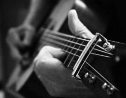 van dichtbij gitaarspelen