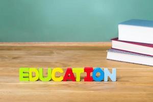 onderwijsthema met schoolboeken en groen bord foto