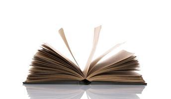 geopend boek met blanco pagina's die over witte achtergrond worden geïsoleerd foto
