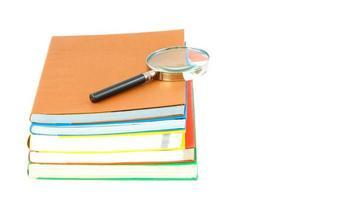 stapel schoolboeken, tools ondersteuning en geïsoleerd op een witte achtergrond foto