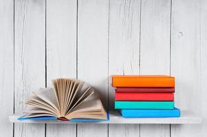 het open boek en andere veelkleurige boeken.