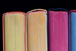 kleurrijke boeken. harde kaft. zwarte achtergrond. geïsoleerd