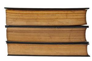 stapel oude boeken die op witte achtergrond worden geïsoleerd foto