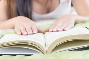 close-up van handen op open boek