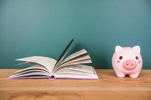 spaarvarken bovenop boeken foto