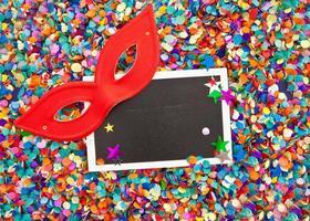 klein bord op confetti foto