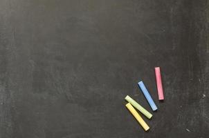 leeg bord met kleurrijke krijtjes foto
