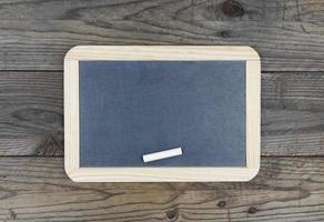 schoolbord schoolbord op houten achtergrond foto
