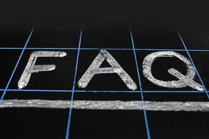 afkorting faq handgeschreven op zwart bord foto